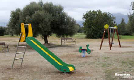 L'Ajuntament de Roquetes instal·la un parc infantil a la Urbanització Els Pilans