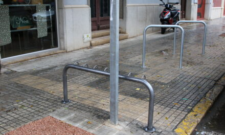 L'Ajuntament de Roquetes promou la mobilitat sostenible instal·lant 4 nous aparcaments per a bicicletes i per primera vegada també per a patinets